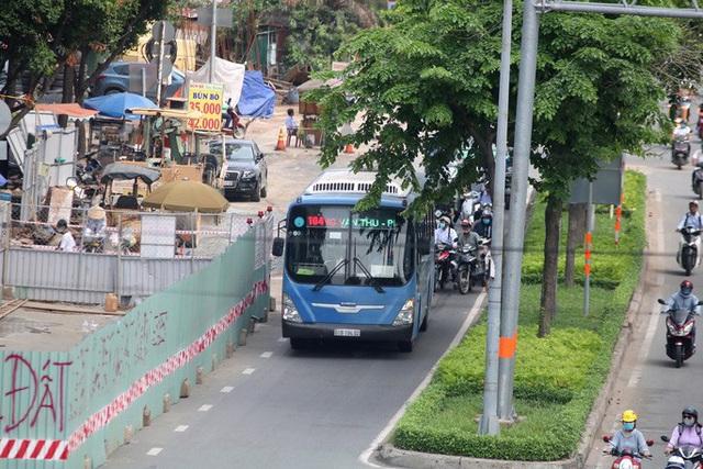 Cận cảnh lô cốt đầy đường khu vực nút giao chân cầu Sài Gòn  - Ảnh 5.