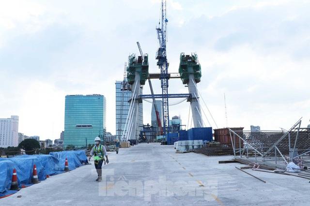 Hối hả thi công cầu Thủ Thiêm 2 kết nối với trung tâm Sài Gòn - Ảnh 1.