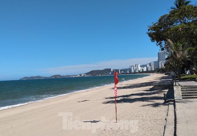 Từ ngày mai, người dân và du khách được tắm biển Nha Trang - Ảnh 1.