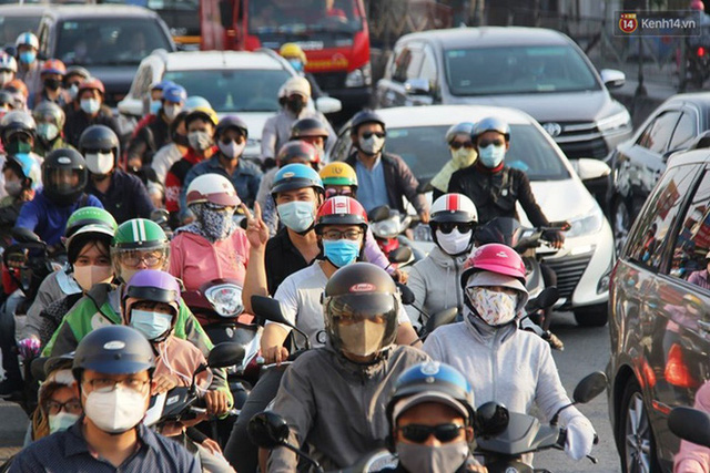 Ảnh: Người dân nườm nượp đổ về Hà Nội và Sài Gòn sau kỳ nghỉ lễ 30/4 - 1/5 - Ảnh 19.  Ảnh: Người dân nườm nượp đổ về Hà Nội và Sài Gòn sau kỳ nghỉ lễ 30/4 – 1/5 photo 18 15885076666541656967278