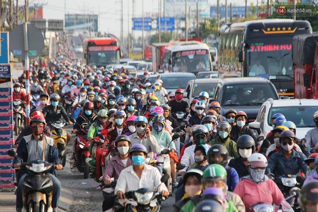 Ảnh: Người dân nườm nượp đổ về Hà Nội và Sài Gòn sau kỳ nghỉ lễ 30/4 - 1/5 - Ảnh 20.  Ảnh: Người dân nườm nượp đổ về Hà Nội và Sài Gòn sau kỳ nghỉ lễ 30/4 – 1/5 photo 19 15885076666552091793417
