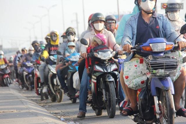 Ảnh: Người dân nườm nượp đổ về Hà Nội và Sài Gòn sau kỳ nghỉ lễ 30/4 - 1/5 - Ảnh 21.  Ảnh: Người dân nườm nượp đổ về Hà Nội và Sài Gòn sau kỳ nghỉ lễ 30/4 – 1/5 photo 20 1588507666657237843477