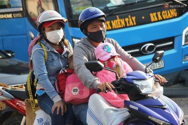 Ảnh: Người dân nườm nượp đổ về Hà Nội và Sài Gòn sau kỳ nghỉ lễ 30/4 - 1/5 - Ảnh 23.  Ảnh: Người dân nườm nượp đổ về Hà Nội và Sài Gòn sau kỳ nghỉ lễ 30/4 – 1/5 photo 22 1588507666659937028587