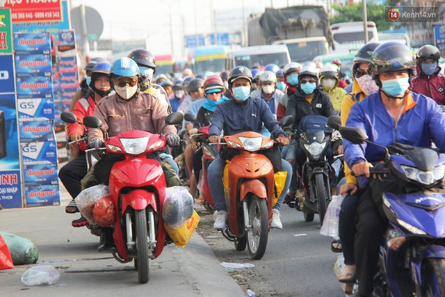 Ảnh: Người dân nườm nượp đổ về Hà Nội và Sài Gòn sau kỳ nghỉ lễ 30/4 - 1/5 - Ảnh 25.  Ảnh: Người dân nườm nượp đổ về Hà Nội và Sài Gòn sau kỳ nghỉ lễ 30/4 – 1/5 photo 24 1588507666663220817233
