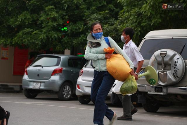Ảnh: Người dân nườm nượp đổ về Hà Nội và Sài Gòn sau kỳ nghỉ lễ 30/4 - 1/5 - Ảnh 8.  Ảnh: Người dân nườm nượp đổ về Hà Nội và Sài Gòn sau kỳ nghỉ lễ 30/4 – 1/5 photo 7 1588507666636554440484