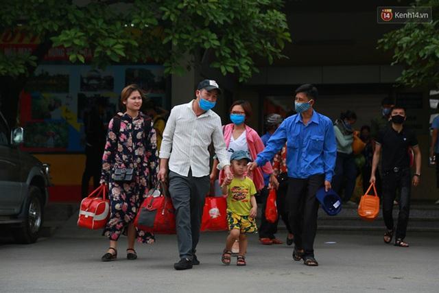 Ảnh: Người dân nườm nượp đổ về Hà Nội và Sài Gòn sau kỳ nghỉ lễ 30/4 - 1/5 - Ảnh 9.  Ảnh: Người dân nườm nượp đổ về Hà Nội và Sài Gòn sau kỳ nghỉ lễ 30/4 – 1/5 photo 8 15885076666382129108538