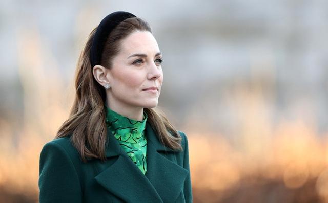 Bị chê nhạt nhòa so với Meghan Markle, Công nương Kate đã chứng minh đẳng cấp khác biệt của mình khiến em dâu phải chịu thua - Ảnh 1.