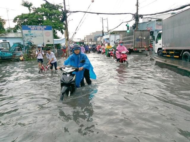 Nhiều khu vực ở TP HCM đang chìm trong mênh mông nước  - Ảnh 1.