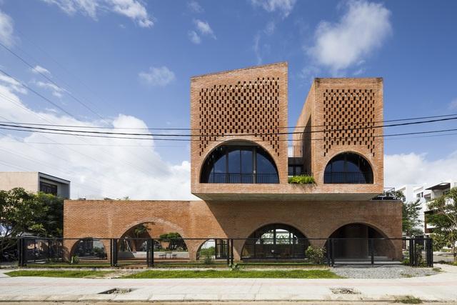 Nhà gạch thô ở Đà Nẵng lấy cảm hứng thiết kế từ chiếc đồng hồ Cuckoo - Ảnh 1.