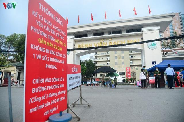 Ảnh: Người dân đổ về Bệnh viện Bạch Mai khám bệnh sau thời gian cách ly - Ảnh 1.