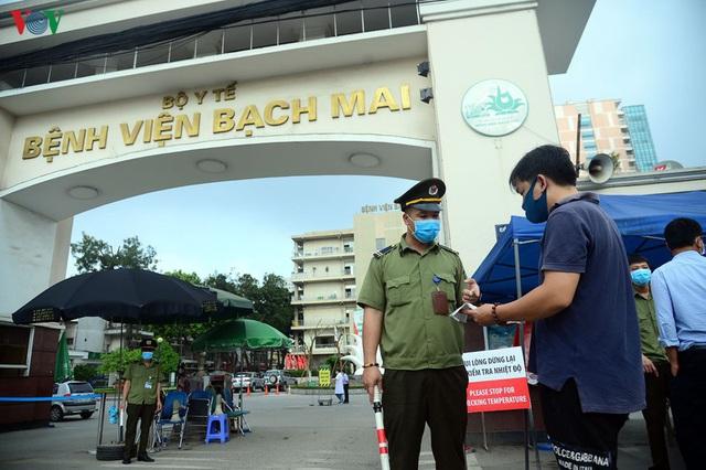 Ảnh: Người dân đổ về Bệnh viện Bạch Mai khám bệnh sau thời gian cách ly - Ảnh 2.