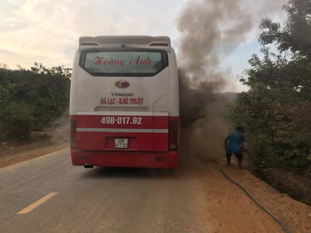 Xe khách bất ngờ bốc cháy, hơn 20 hành khách hoảng loạn tìm cách thoát thân - Ảnh 1.