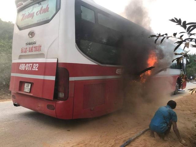 Xe khách bất ngờ bốc cháy, hơn 20 hành khách hoảng loạn tìm cách thoát thân - Ảnh 2.