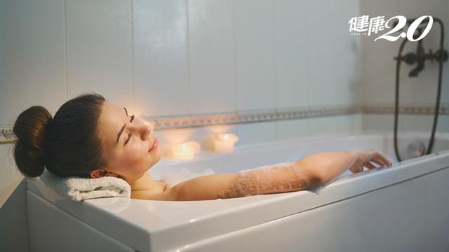 Trong mùa nắng nóng, đừng bao giờ mắc phải 7 sai lầm này khi tắm gội kẻo có thể đột tử bất cứ lúc nào - Ảnh 2.