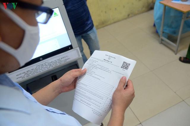 Ảnh: Người dân đổ về Bệnh viện Bạch Mai khám bệnh sau thời gian cách ly - Ảnh 12.