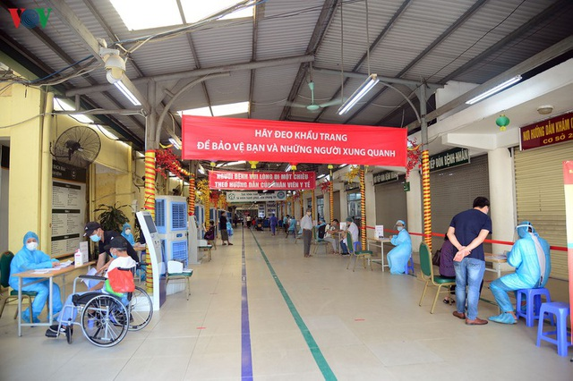 Ảnh: Người dân đổ về Bệnh viện Bạch Mai khám bệnh sau thời gian cách ly - Ảnh 14.
