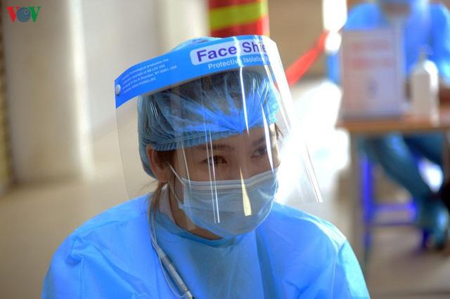 Ảnh: Người dân đổ về Bệnh viện Bạch Mai khám bệnh sau thời gian cách ly - Ảnh 15.