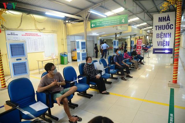 Ảnh: Người dân đổ về Bệnh viện Bạch Mai khám bệnh sau thời gian cách ly - Ảnh 16.