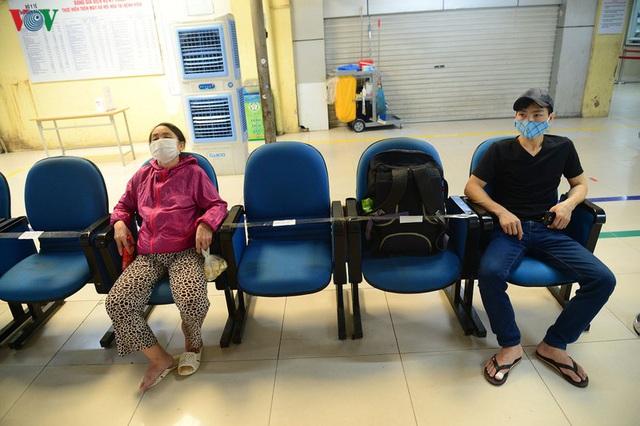 Ảnh: Người dân đổ về Bệnh viện Bạch Mai khám bệnh sau thời gian cách ly - Ảnh 17.