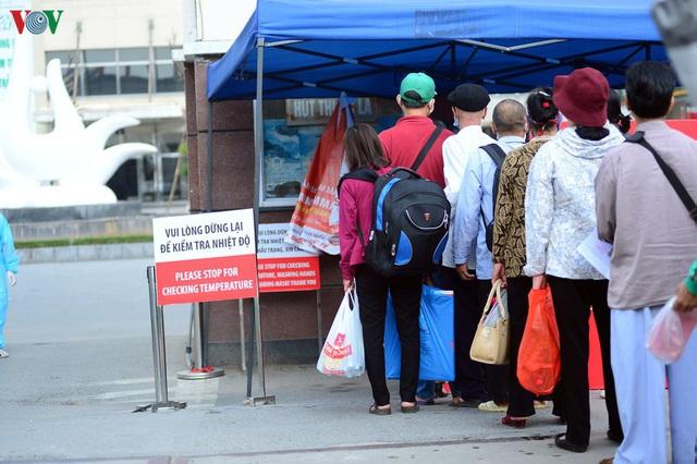 Ảnh: Người dân đổ về Bệnh viện Bạch Mai khám bệnh sau thời gian cách ly - Ảnh 3.