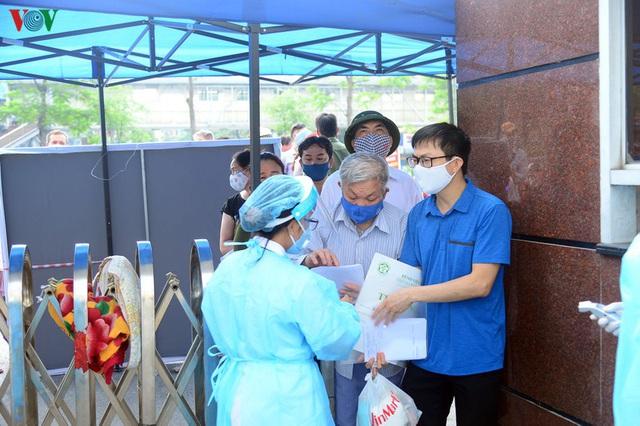 Ảnh: Người dân đổ về Bệnh viện Bạch Mai khám bệnh sau thời gian cách ly - Ảnh 4.