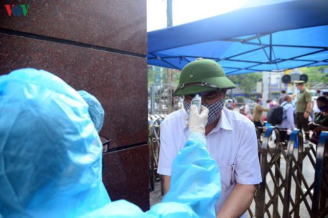 Ảnh: Người dân đổ về Bệnh viện Bạch Mai khám bệnh sau thời gian cách ly - Ảnh 5.