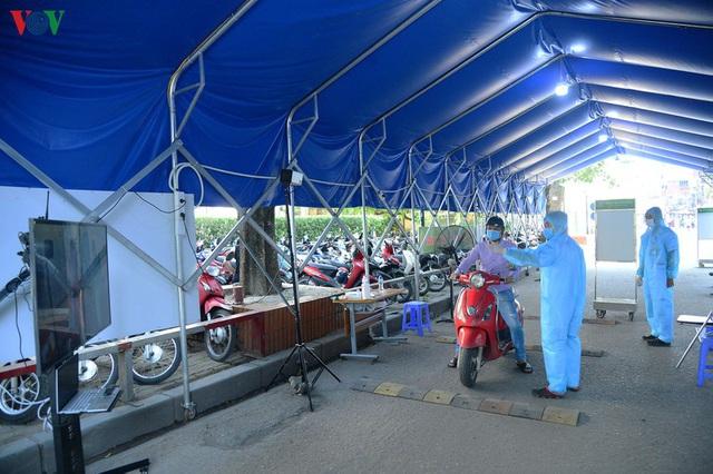 Ảnh: Người dân đổ về Bệnh viện Bạch Mai khám bệnh sau thời gian cách ly - Ảnh 6.