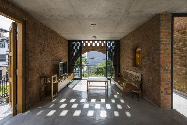 Nhà gạch thô ở Đà Nẵng lấy cảm hứng thiết kế từ chiếc đồng hồ Cuckoo - Ảnh 9.