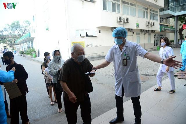 Ảnh: Người dân đổ về Bệnh viện Bạch Mai khám bệnh sau thời gian cách ly - Ảnh 10.