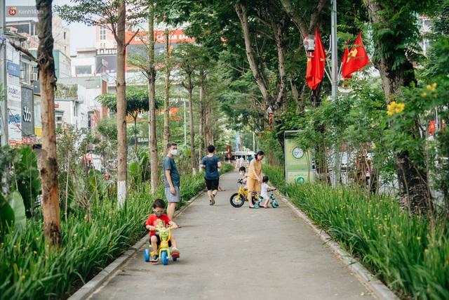 Ảnh, clip: Từ con mương ngập ngụa rác thải đến tuyến đường bộ cực xanh mát giữa lòng Thủ đô - Ảnh 13.