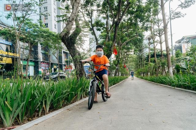 Ảnh, clip: Từ con mương ngập ngụa rác thải đến tuyến đường bộ cực xanh mát giữa lòng Thủ đô - Ảnh 14.
