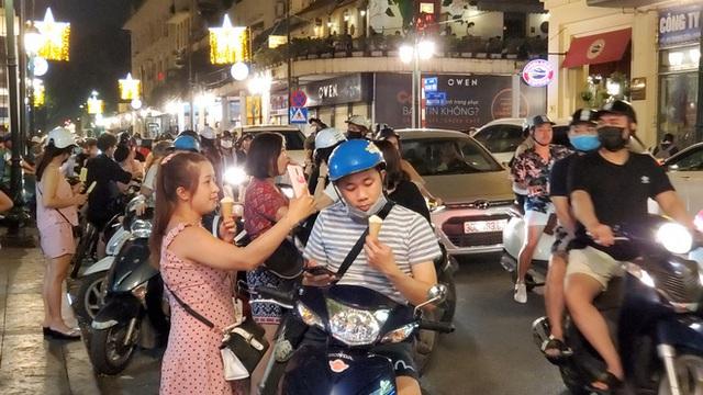 Nắng nóng đầu hè, hàng kem nổi tiếng Hà Nội chật cứng người - Ảnh 3.