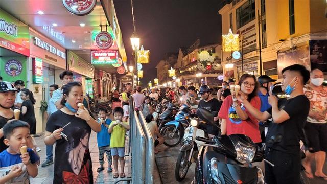 Nắng nóng đầu hè, hàng kem nổi tiếng Hà Nội chật cứng người - Ảnh 5.