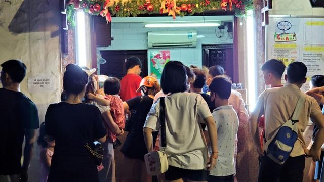 Nắng nóng đầu hè, hàng kem nổi tiếng Hà Nội chật cứng người - Ảnh 6.
