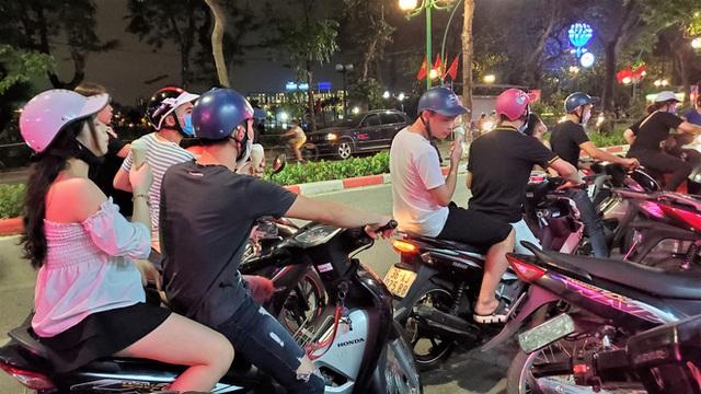 Nắng nóng đầu hè, hàng kem nổi tiếng Hà Nội chật cứng người - Ảnh 8.