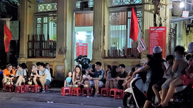 Nắng nóng đầu hè, hàng kem nổi tiếng Hà Nội chật cứng người - Ảnh 9.