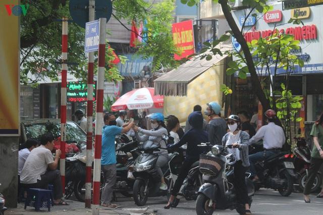Ảnh: Hàng quán, ô tô đua nhau lấn chiếm vỉa hè ở Hà Nội - Ảnh 2.