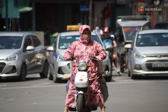 Muôn kiểu tránh nắng của người dân Hà Nội trong những ngày nóng đỉnh điểm - Ảnh 2.