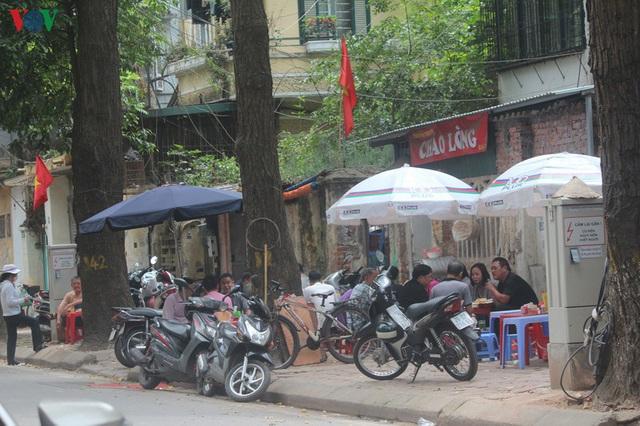 Ảnh: Hàng quán, ô tô đua nhau lấn chiếm vỉa hè ở Hà Nội - Ảnh 11.