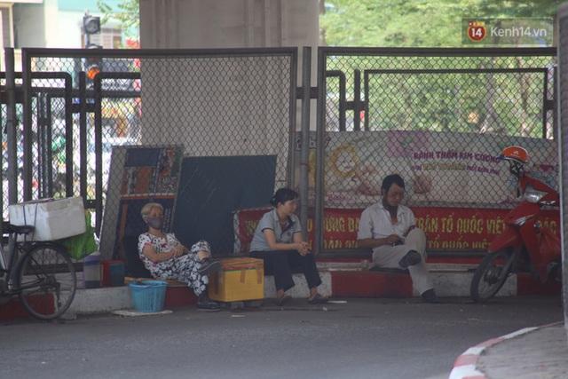 Muôn kiểu tránh nắng của người dân Hà Nội trong những ngày nóng đỉnh điểm - Ảnh 11.
