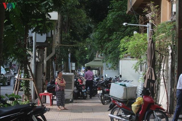 Ảnh: Hàng quán, ô tô đua nhau lấn chiếm vỉa hè ở Hà Nội - Ảnh 13.