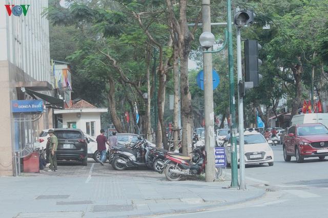 Ảnh: Hàng quán, ô tô đua nhau lấn chiếm vỉa hè ở Hà Nội - Ảnh 14.