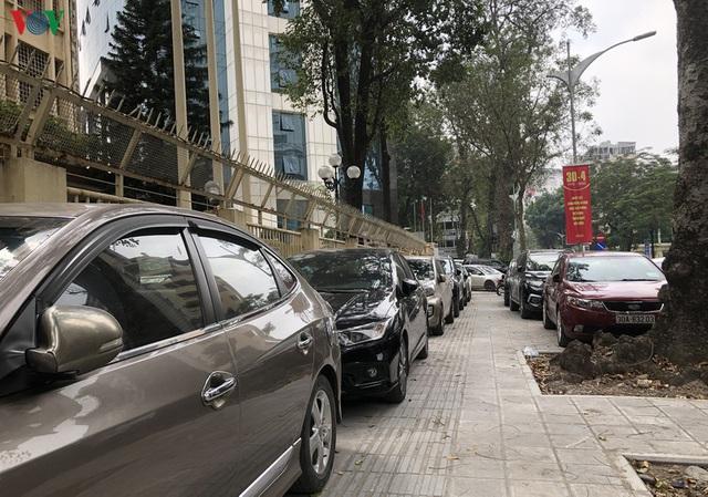 Ảnh: Hàng quán, ô tô đua nhau lấn chiếm vỉa hè ở Hà Nội - Ảnh 16.
