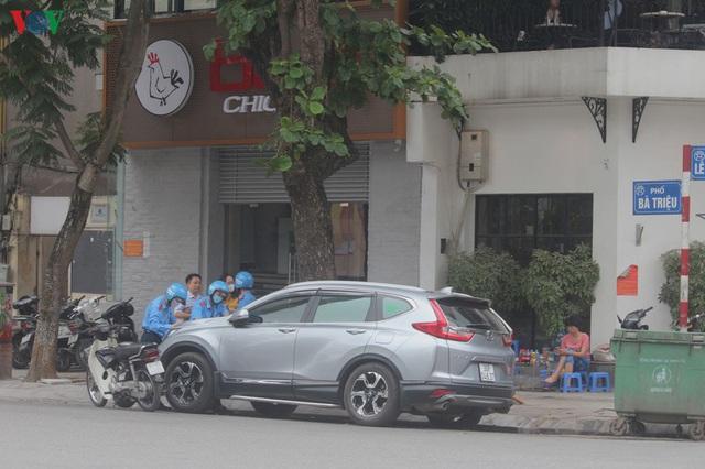 Ảnh: Hàng quán, ô tô đua nhau lấn chiếm vỉa hè ở Hà Nội - Ảnh 17.