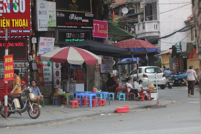 Ảnh: Hàng quán, ô tô đua nhau lấn chiếm vỉa hè ở Hà Nội - Ảnh 3.