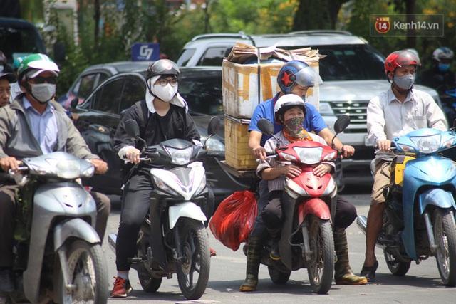 Muôn kiểu tránh nắng của người dân Hà Nội trong những ngày nóng đỉnh điểm - Ảnh 3.