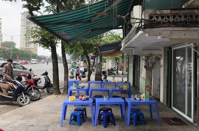Ảnh: Hàng quán, ô tô đua nhau lấn chiếm vỉa hè ở Hà Nội - Ảnh 4.
