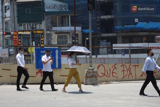 Muôn kiểu tránh nắng của người dân Hà Nội trong những ngày nóng đỉnh điểm - Ảnh 4.