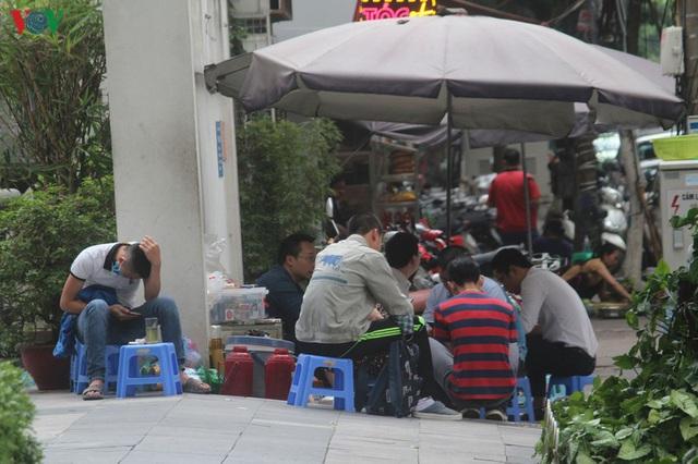 Ảnh: Hàng quán, ô tô đua nhau lấn chiếm vỉa hè ở Hà Nội - Ảnh 5.
