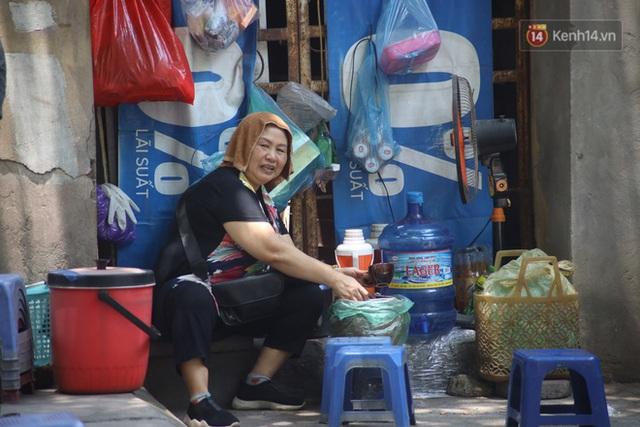 Muôn kiểu tránh nắng của người dân Hà Nội trong những ngày nóng đỉnh điểm - Ảnh 5.